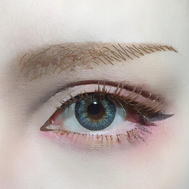 ペンシルで眉の形を描いた後、リキッドアイブロウで自眉が足りない部分(眉頭と眉尻側半分)に画像のように毛流れを描く。 アイメイクに使った眉マスカラで自眉の流れを整える。