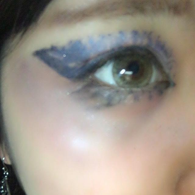 次に、目の下を 不健康な感じの色にして行きます!!!!