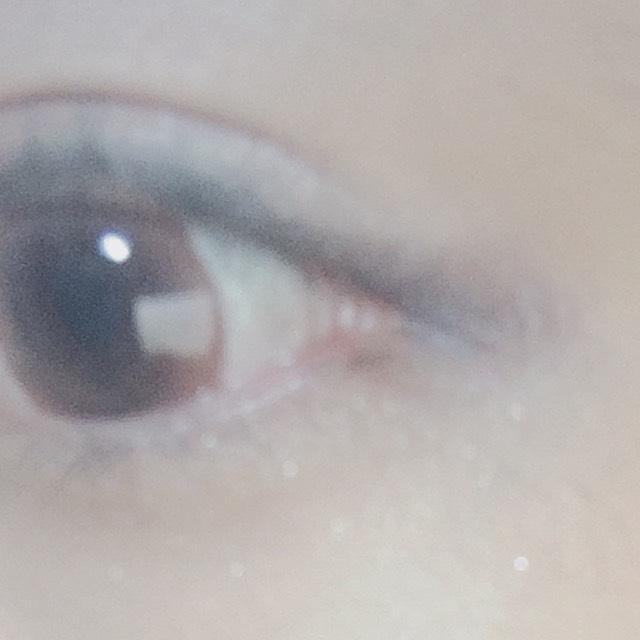 目尻の方に、濃い青色のアイシャドウでタレ目っぽくなるようにひく。