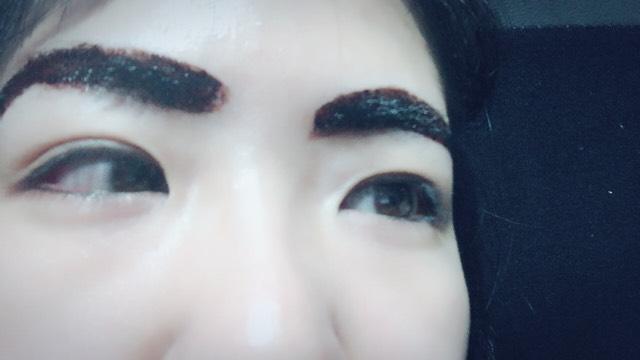 涙袋に 眉毛ティントを 塗るだけ。