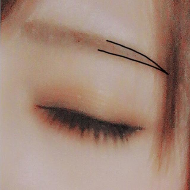 眉毛は眉尻の輪郭をペンシルでしっかりなぞってから、アイブロウパウダーで眉尻が濃くなるようにグラデーションに塗って行きます。