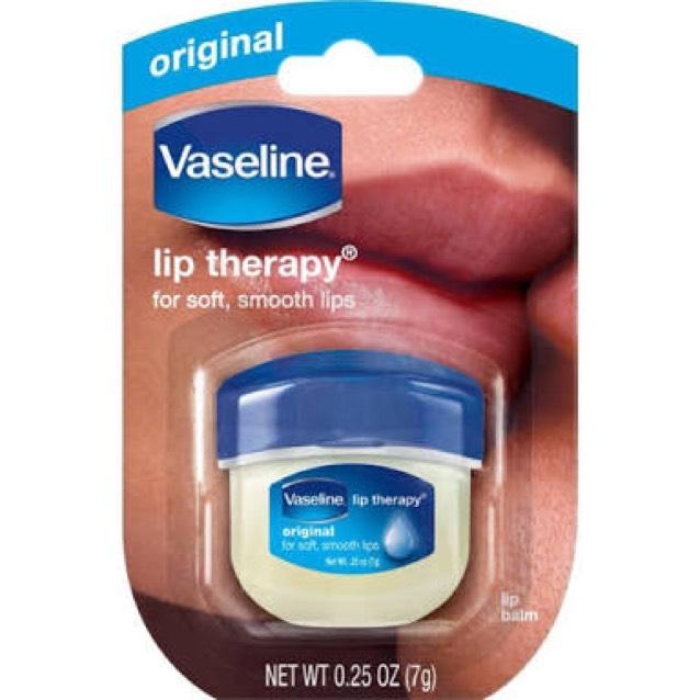 洗顔後清潔な状態でヴァセリンリップを綿棒で取りたっぷり塗り、ラップを貼り付け15分放置(´<_` )