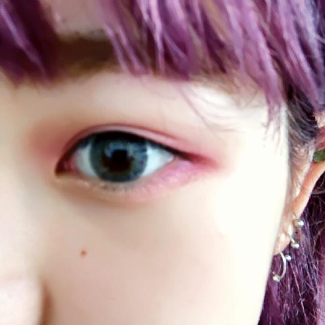 KATEの真ん中の色をアイホールと涙袋全体に。 マジョマジョのピンクを二重幅よりすこしオーバーめに乗せ、下瞼の目尻1/3くらいに載せます。 その後立体感を出すためにホワイトを瞼の黒目の上だけと、黒目の下だけ、眉毛の下に乗せて、 アイシャドウはおしまいです❤︎