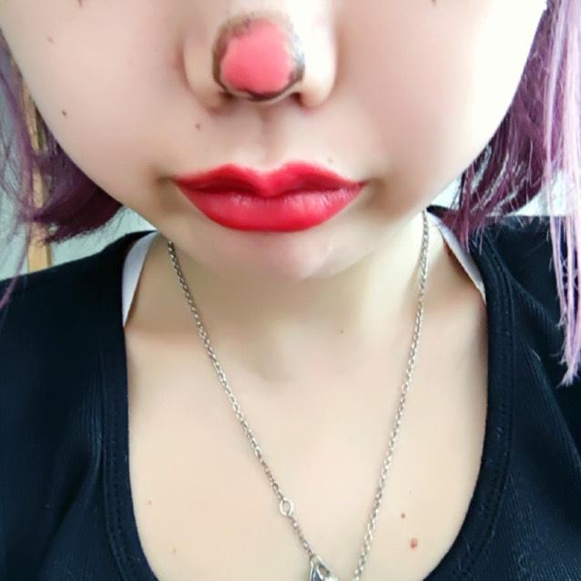 そしてチークをシェーディング代わりに使います❤︎小顔❤︎ アイライナーで鼻に〇!赤いアイシャドウやリップをつかって塗りつぶしてピエロのお鼻完成❤︎❤︎ リップは赤でオーバーにするとさらにピエロっぽくなれます❤︎