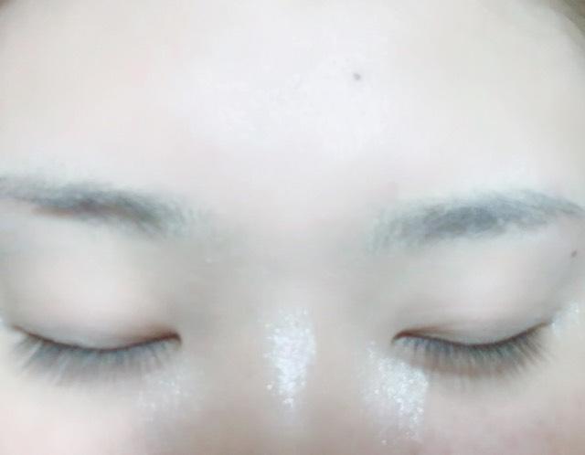 目と鼻の中心、その両脇少し下にダイソーの鼻高パウダーを乗せ指で伸ばします