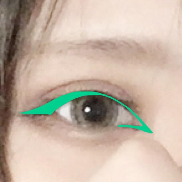 目から大幅にはみ出ても大丈夫なので、目頭切開線と目尻はしっかりと。 ブラウンで描くとしっかり描いてもあまり浮かないのでおすすめです。