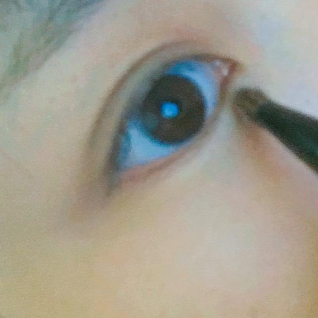 筆の位置から真ん中まで白のシャドーで明るくします