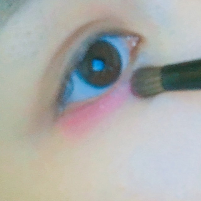 ここで目の下から真ん中までピンクのシャドーを塗ります