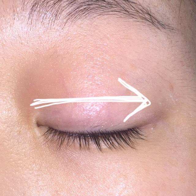 矢印のようにまぶたを目頭から目尻に向かって10回くらいまっすぐなぞります。 私は少し強めでやってます!!
