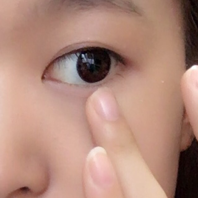 ①(C)をアイホール全体&下まぶたに指で優しく塗り広げる。 ②ピンク(B)を目元&目尻までブラシで塗る。