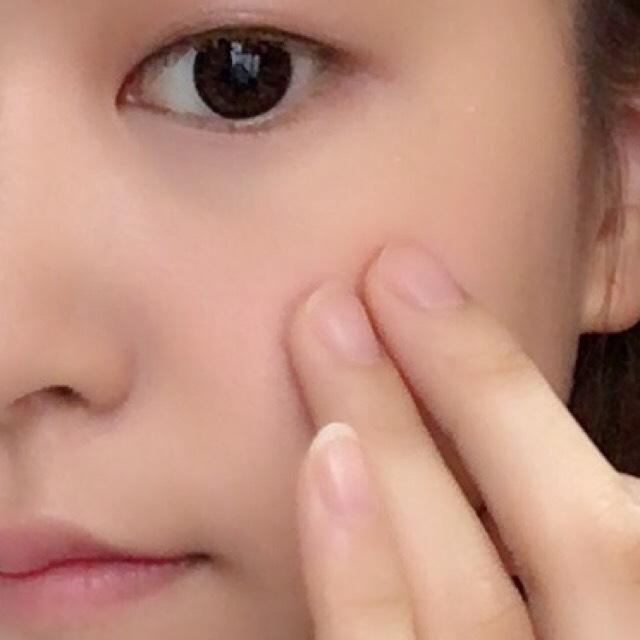 ④肌に生っぽい湿度を感じさせたいから、チークは指で塗っていく。