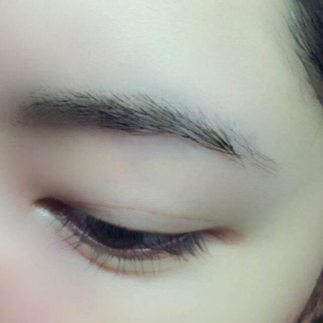 すっぴん眉毛 私は眉ティントする前にいつも整えておきます。