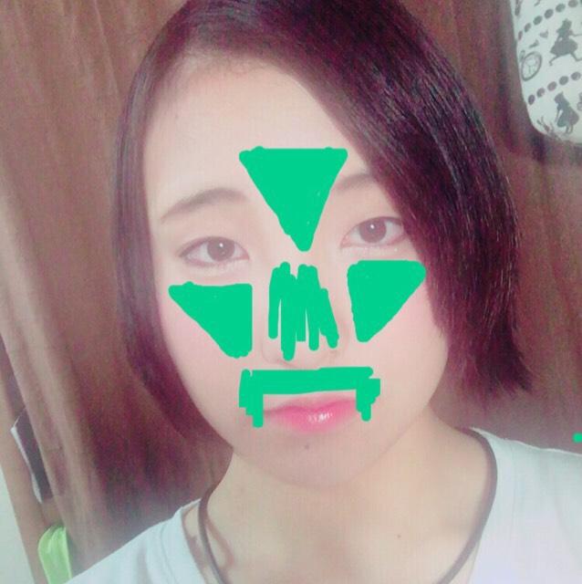 CCクリームを顔の中心部分(毛穴など気になる部分)に塗ります。 私はおでこ、鼻、鼻の横の頬、鼻の下に塗りました。 塗ったらしっかりスポンジでセットします。 (CCクリームを塗って隠せなかったニキビやくまやそばかすなどをコンシーラーでカバーします。)
