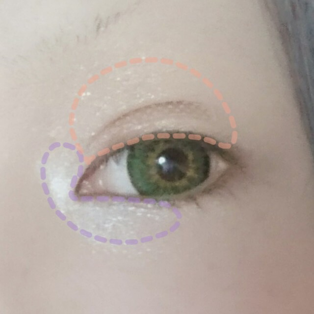 まず目頭のくの字の 部分に白いシャドウを塗り、まぶた全体にベージュを塗ります。