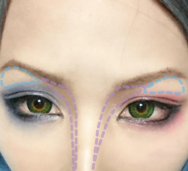 濃いめのノーズシャドウを塗り眉毛とまぶたの隙間は白いシャドウを塗り立体感を出します。
