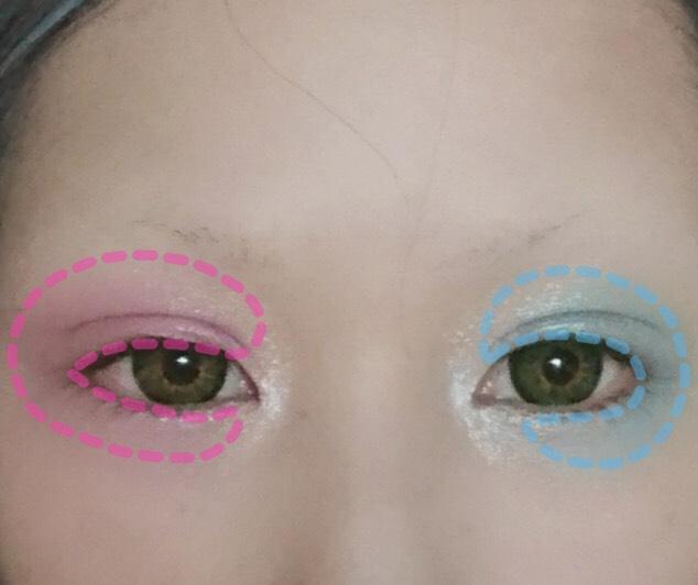 パステルカラーの ピンクと水色のシャドウを使い、くの字の部分を避け、目を囲むように塗ります