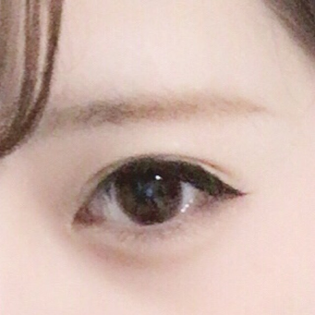 眉はパウダーで全体を塗った後ペンシルで並行になるように、眉尻が少し下がるように描きブラシでぼかしてから眉マスカラを上から下に塗って行きます。