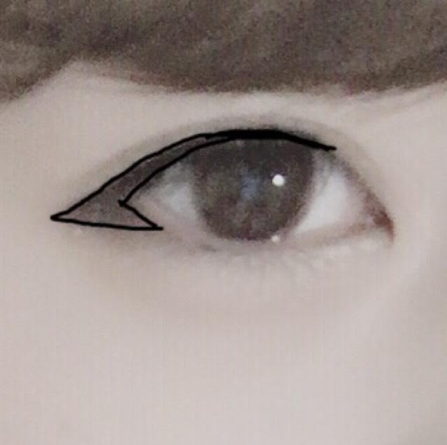アイラインは写真のようにくの字になるように塗ります。 黒目の上を少し太めに塗ると丸目になります。