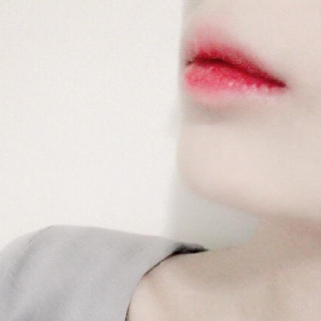 唇は唇全体に保湿リップを塗った後sugaoのリップをポンポンとグラデーションに塗り、唇の中心にちふれの赤リップを塗り指でぼかします。 そして唇の周りにコンシーラーを少しつけて指でぼかします。
