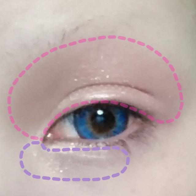 セザンヌのシャドウ04の一番明るいシャドウを目頭に塗ります。 そしてピンク色を上まぶた全体に塗ります。