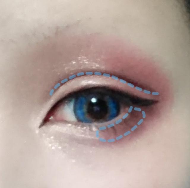 セザンヌの一番暗い色でダブルラインとしたまぶたの目尻側を塗ります