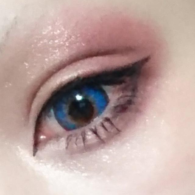 ビューラーをしずに 軽くマスカラ下地を塗ったら下まつげ全体と 上まつげは目尻側だけマスカラを塗ります