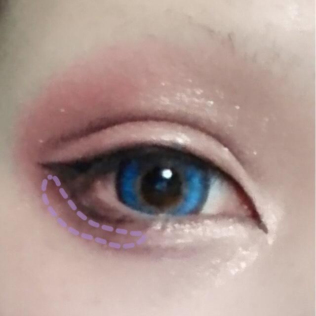 ラインをぼかすようにセザンヌの暗いシャドウをその下から塗っていきます 同時に涙袋を作るように目頭の方までラインを引くように塗ります