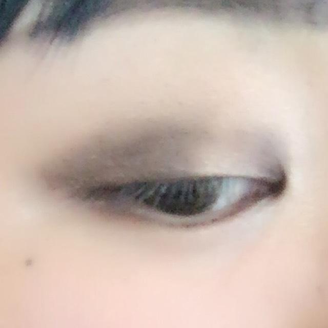 ✩アイシャドウ 一番濃いブラウンを目尻側と目頭側にon