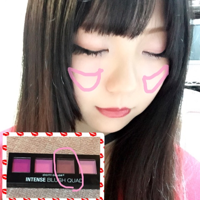 落ち着いたピンクのチークを斜めに頬骨に沿って入れていく  外側がやや濃くなるように!  これは海外のチークなので塗りすぎ注意です