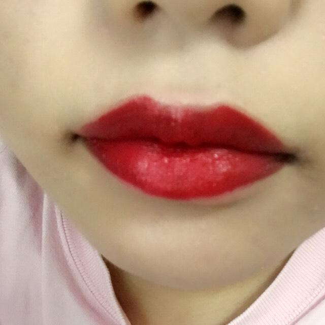 口紅はレブロンの104番!  この真っ赤な色ほんとにどストライクでだいすきです!!!  これを塗る前に薬用リップで保湿しておくと時間が経ってもパサパサにならないよー!