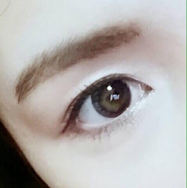 眉はアイブローパウダーで色を変えるだけです!マスカラはビューラー→マスカラ→ホットビューラーの手順でやると綺麗に上がったまつげになります!