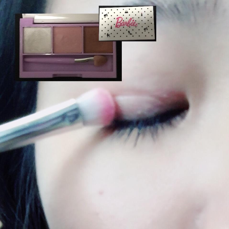 Ranzuki6月号の付録のアイシャドウのピンクをアイホール全体に塗ります。