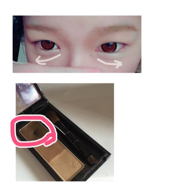 ピンクの部分を矢印の方向に塗る。この時に粉をたくさん付けすぎないようにする!指でぼかしながら塗っていく。