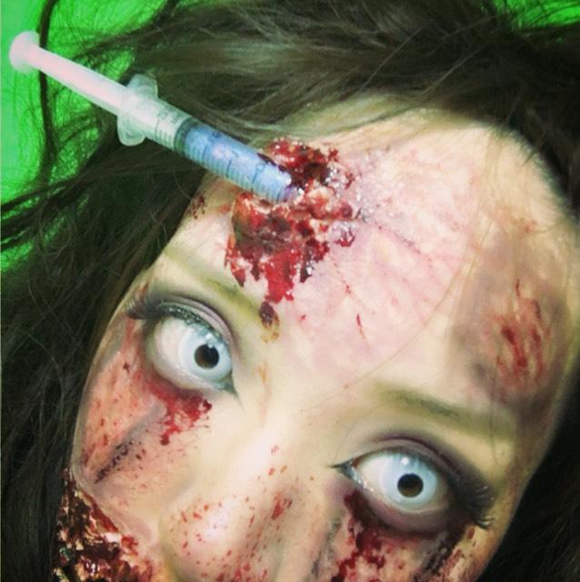 注射で細菌をいれられて、ゾンビ化したイメージ。