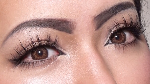 ジェルライナーを使ってノリで固めた眉毛の上から描きます。 睫毛は系統の違うに種類を組み合わせて伏せ目でもバサバサな状態を作る。