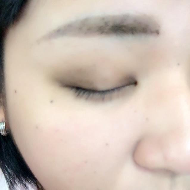✩アイシャドウ 目尻側と目頭側に濃いブラウン 黒目の上にはパール入りのベージュ