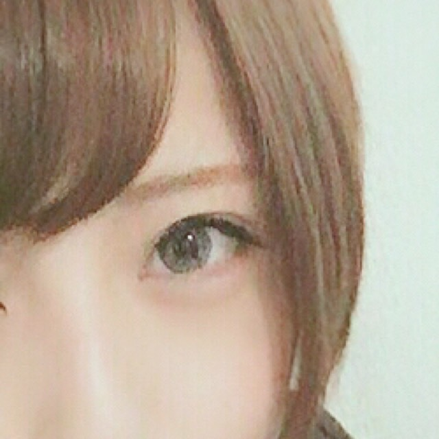 眉はアイブロウパウダーを真ん中から眉尻に濃い色、眉頭から眉尻に薄い色、の順番で塗ります。