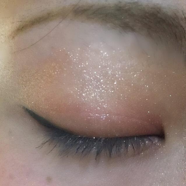 上瞼には目頭側に右下のボルドーカラーをのせます