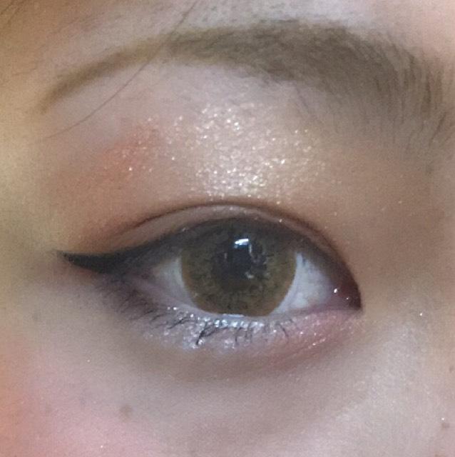 下瞼の目頭には右下のボルドーをのせ、その上から左下から2番めの薄いピンクをのせて涙袋をつくります