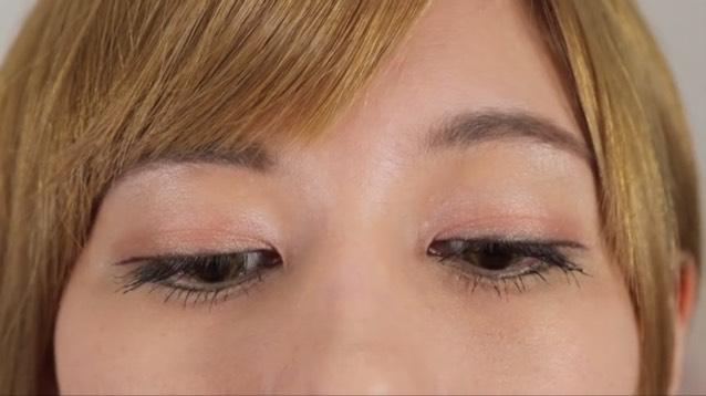 アンニュイさを出すため、ビューラーであげずにマスカラします。 アイラインも睫毛のラインに合わせて下向きに引きます。
