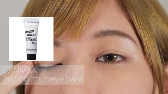 ベースを瞼全体に塗っていきます。