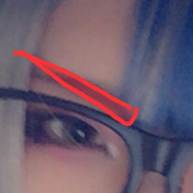 眉毛は、自眉は無視してキリッと角度をつけて書きます。 ペンシルが難しければ濃い茶色のアイシャドウを筆で描いても充分です。