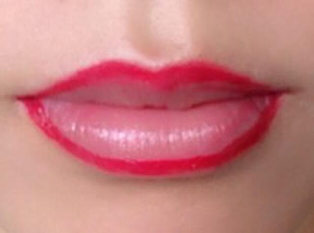 赤リップをリップブラシで取って唇の形をふちどります!