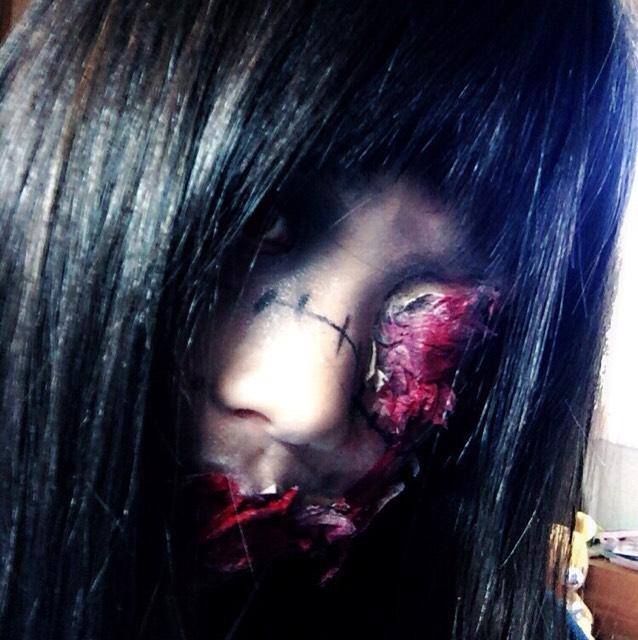 そして顔の所々をシャドウで黒くし、アイライナーで縫合のあとを書きます そして完成です
