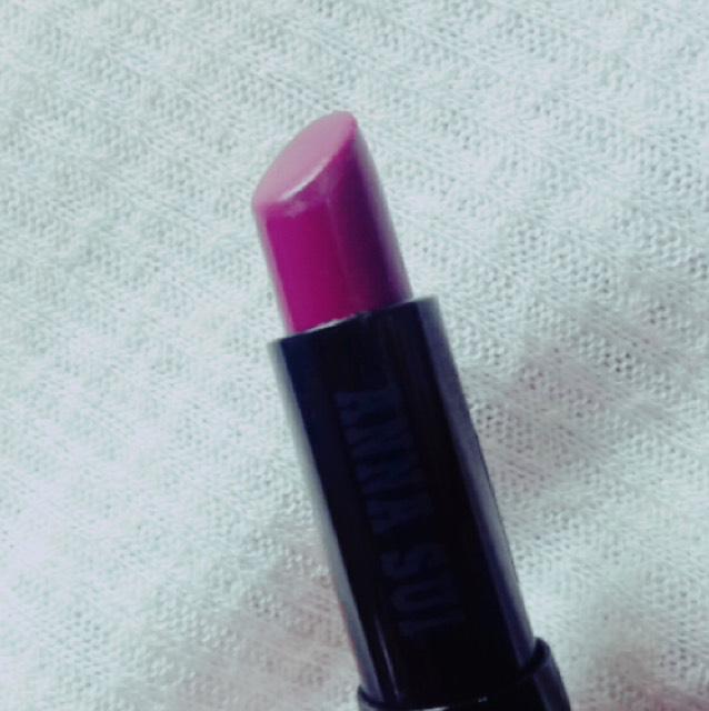 その上には流行りの葡萄色をのせます。こちらはアナスイのルージュ今期のものではなく前のバージョンの紫色です。
