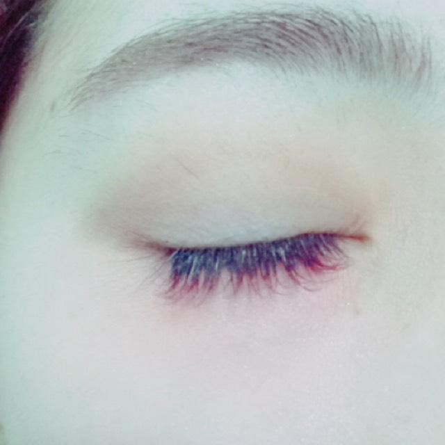 目を閉じた時はこんな感じになりますあえてアイホールは何も塗りません。塗るとしたらハイライトを入れるとより二重がくっきり見えます。