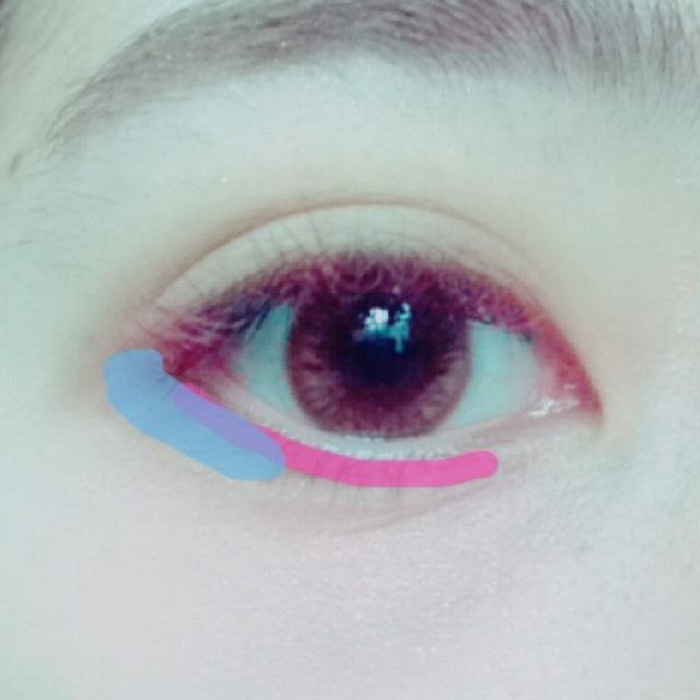 下まぶたにもピンク、水色の順に影を入れます。ぼんやりと
