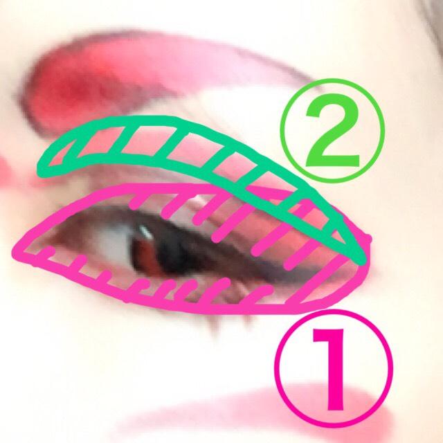 二段階に分けるとやりやすいです。 クレヨンではじめに目の周辺、つぎにダブルラインの上部を塗ります。