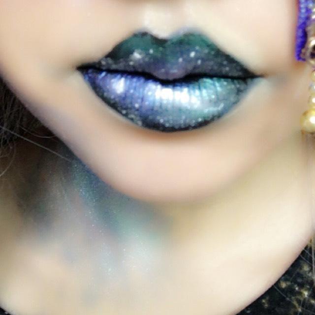 唇にも宇宙のリップアートをします。誰とも被りたくない!グロいのは苦手!という方へオススメのメイクです(*^^*)