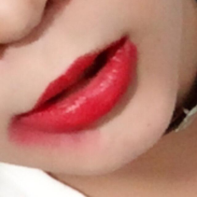 赤い口紅を塗ります。